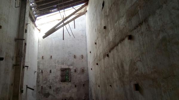 Una part de la bodega amb el sostre enderrocant-se. A les parets es veuen les restes de les bigues serrades que sostenien els tonells que foren robats.